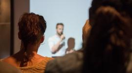 Jak pokonać tremę podczas wystąpienia? LIFESTYLE, Psychologia - Bez względu na to czy prowadzisz prezentacje dla partnerów biznesowych, szkolisz pracowników, czy też wygłaszasz prelekcje podczas branżowych konferencji, prawdopodobnie obawiasz się reakcji publiczności. Stresu nie da się uniknąć całkowicie – można go jednak zminimalizować.
