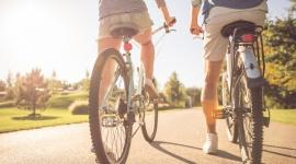 Jak bezpiecznie podróżować rowerem w wakacje? Hobby,  - Wiatr we włosach, poczucie wolności, wielka swoboda – wakacje na dwóch kółkach dają wiele radości. By tak się stało, trzeba jednak spełnić kilka niezbędnych warunków. Oto krótkie vademecum bezpiecznej jazdy rowerem.