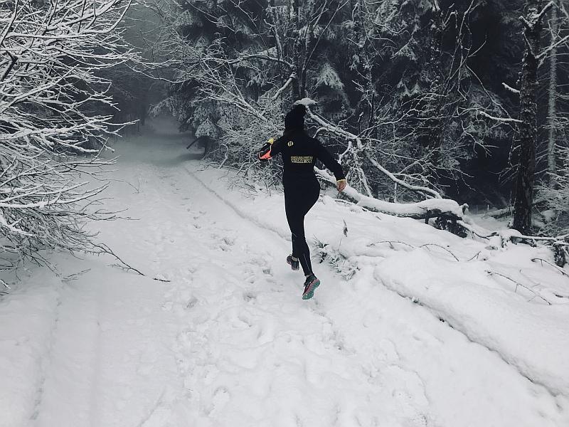 Jak trenować biegi górskie zimą? Praktyczne porady