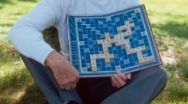 13 kwietnia świętujemy Światowy Dzień Scrabble Hobby,  - Scrabble to prosta, a zarazem niezwykle wciągająca gra, wymyślona w1931roku przezbezrobotnego architekta Alfreda Buttsa.