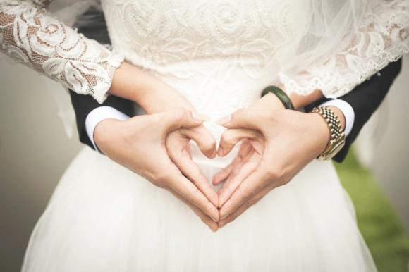 Dlaczego pragniemy małżeństwa? LIFESTYLE, Psychologia - Czy myśląc o tym, by związać się z drugą osobą węzłem małżeńskim, kierujemy się wyłącznie romantycznym wyobrażeniem o wspólnej, nierozerwalnej miłości, czy jednak decydujące są kwestie bardziej przyziemne?