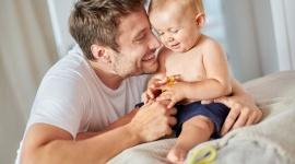 Czym jest szczęśliwe dzieciństwo dla współczesnych rodziców? LIFESTYLE, Psychologia - Szczęście pełni bardzo ważną rolę w naszym życiu i wpływa na nasze samopoczucie oraz relacje z innymi ludźmi. Na poczucie szczęścia oddziałuje wiele czynników, m.in. dobrobyt, rodzina, zdrowie fizyczne czy doświadczanie pozytywnych emocji.